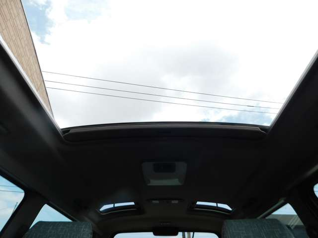 ★トリプルムーンサンルーフで解放感溢れる車内に!
