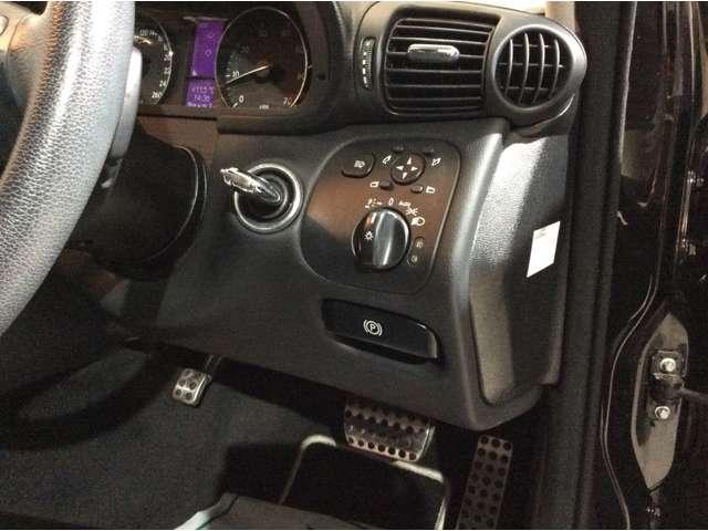 ★運転席右側には、ヘッドライトウォッシャー・ドアミラー・ライトの各スイッチとパーキングブレーキ解除ハンドルがございます♪