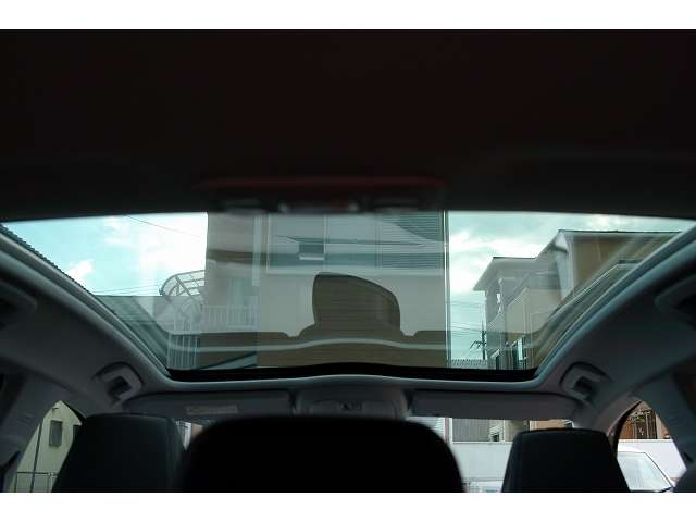 大きなガラスルーフが心地良いドライブを演出します!