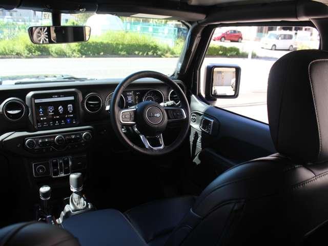 キーフォブをポケットに入れたまま、ブレーキペダルを踏み、スタートボタンを押せばエンジンが始動します。上級グレードの「サハラ」には、運転席、助手席に照明バニティミラー付サンバイザーが完備されております。