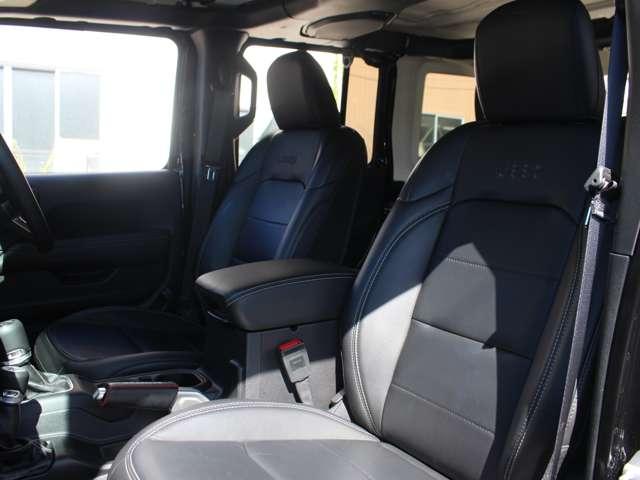 上級グレードの「サハラ」には、フロントシートには3段階で温度調節が可能なシートヒーターが装備されております。「Jeep」のロゴも刺繍で施されております。