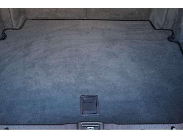 トランクルームは使用感等殆ど無く、オートトランクシステム装着車です。詳しくは弊社ホームページをご覧ください。http://www.sunshine-m.co.jp