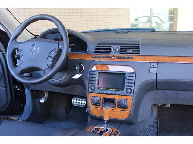 内装はブラックナッパフルレザー、チェスナットウッドトリム、マルチコントロールシートバック、シートヒーター、ベンチレーター、純正DVDナビ、BOSEサウンドrシステム装着車です。