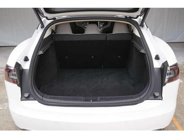 可倒式リヤシートを倒して、ラゲッジスペースを有効利用。