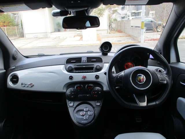 タリア車らしく座るだけで気分が高揚してくるシート!清潔で明るくスポーティな運転席です。