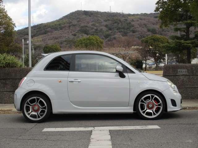 とてもコンパクトで乗り易いサイズ。全長365cm、全幅162cm、全高150cm、車重1150kgとなります。