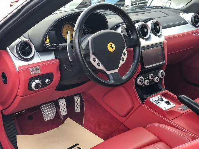 落ち着いたボディーとは違い、フェラーリ感たっぷりの内装!