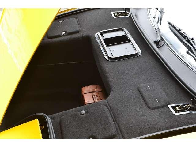 深さがあり意外と使い勝手の良いフロントトランクです。フェラーリバッグが付属します。
