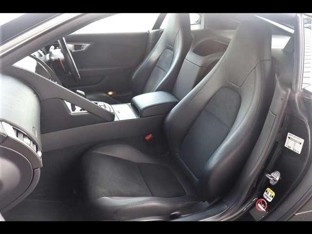 ジャガーは、シートに座るだけで五感を刺激する車です。インテリア、エクステリアをモディファイしたFーTYPEは、英国屈指の美しさを誇るスポーツカーです。