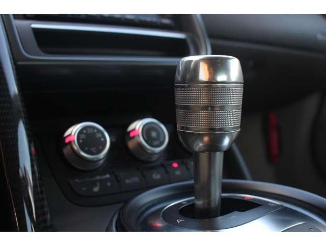 シフトチェンジはジョイスティック、もしくはハンドルに備えたパドルによって操作。またオートマチック・モードを選択することも可能