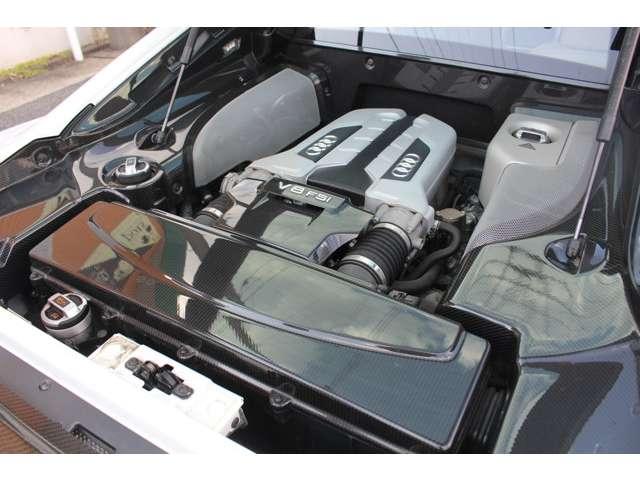 最大出力420psを発生する、4.2L V8FSI(筒内直接噴射)エンジンをミッドシップに搭載。エンジンルームカーボンPG