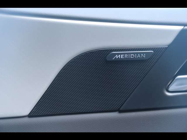 MERIDIANサラウンドサウンドシステム。最適に配置されたスピーカーとデュアルチャンネルサブウーファーにより、澄みきった高音から深みのある低音まで豊かなサウンドを生み出します。