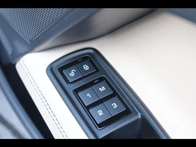 メモリー機能付フルパワーシート ドライバー3名までのシートポジション(ステアリング、ドアミラー含む)を記憶しておくことができます。