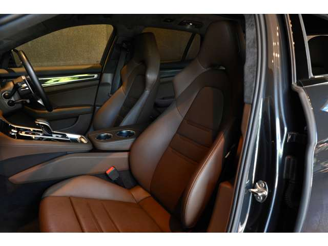 トリュフブラウンのフロントシートはシートヒーター、ベンチレーションを装備!