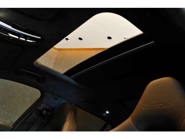 パノラマルーフも装備!後部座席の方も天井が明るく開放的な気分でドライブをお楽しみ頂けます!