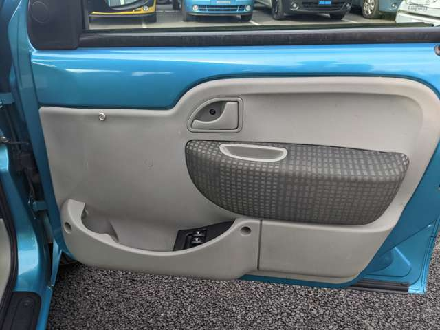 運転席ドア内張です。運転しながらボディカラーを楽しめるのもカングーならではですね!