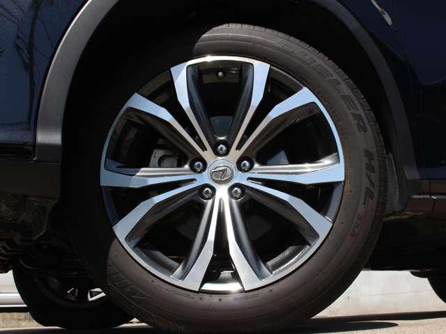 バージョンL標準装備、純正20インチアルミホイール(切削光輝)。タイヤサイズは235/55R20。