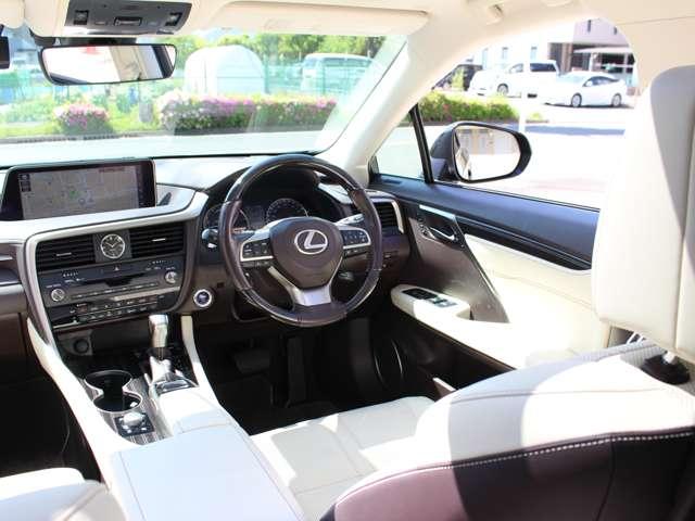 フロントガラスに投影されるヘッドアップディスプレイには運転に必要な情報が表示され、メーター内のマルチディスプレイにはオーディオ情報やハンズフリー電話の着信通知等が表示されます。