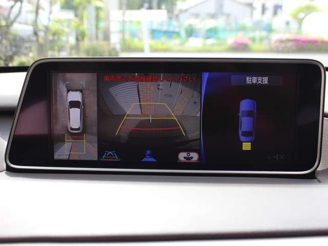 パノラミックビューモニターはハイグレードのバージョンLにのみ標準装備。車両の前後左右に搭載されたカメラから取り込んだ映像を合成し、車両を上から見たような映像をナビゲーション画面に表示します。