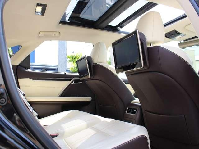 メーカーオプションのリヤシートエンターテインメントシステムが完備されております。11.6インチの高精細ディスプレイが2台設置され、後部座席のエンターテイメント性も向上しております。