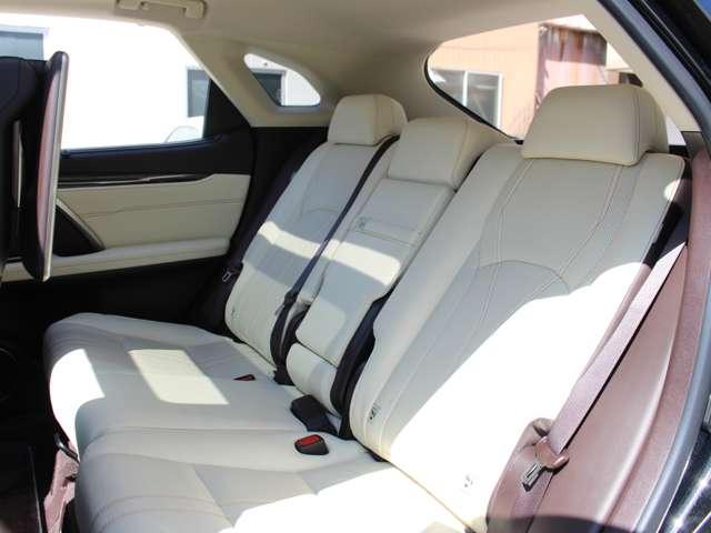セカンドシートも使用感が少なく、綺麗な状態を保っております。どの席に身体を預けたとしても、満足感に包まれる室内空間となっております。