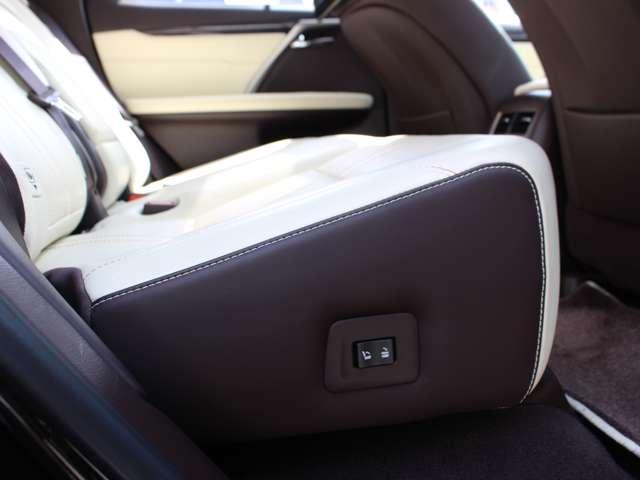 後席のパワーシートは、ハイグレードのバージョンLにのみ標準装備されております。後席にもシートヒーター機能、アクセサリーコンセントが完備されております。