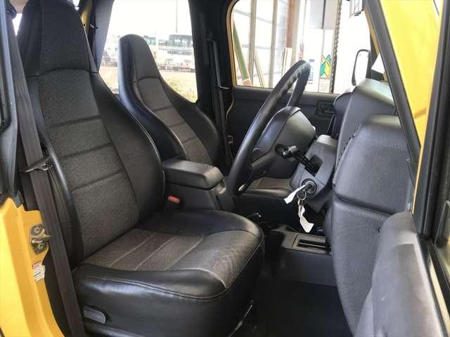 室内もキレイですので、気持ちよくお乗り頂けます。使用回数多い運転席がこんなにキレイなんです。