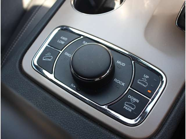 セレクテレインシステムを採用しており、車両が路面状況にもっとも適したパフォーマンスを発揮できるよう、12種類の車両マネジメントシステムを連携させ、5つのモードで信頼性の高いドライビングを提供します。