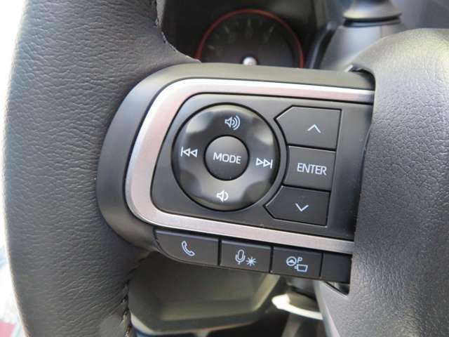 本革巻きハンドル、質感良く握りやすく運転楽々、ハンドル左にオーディオの操作装備、走行中でもワンタッチで音量、チャンネル操作できます、快適ドライブをお約束。