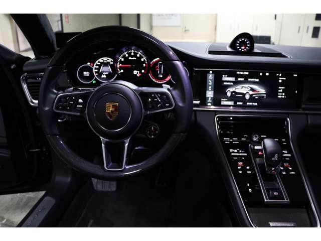 カーボン3本スポーク・マルチファンクションステアリングでステアリングヒーターも付いています。¥129,000