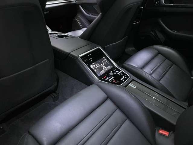 リアシートにもシートヒーター/ベンチレーションが付き、モニターで個別にエアコンを詳細にコントロールできます。