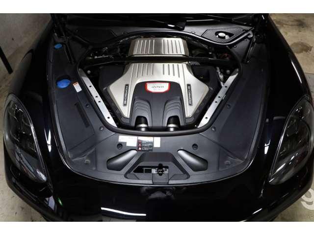 V型8気筒 32バルブ ツインターボ ダイレクトフューエルインジェクション  豪快に気持ちよく回るエンジンです。