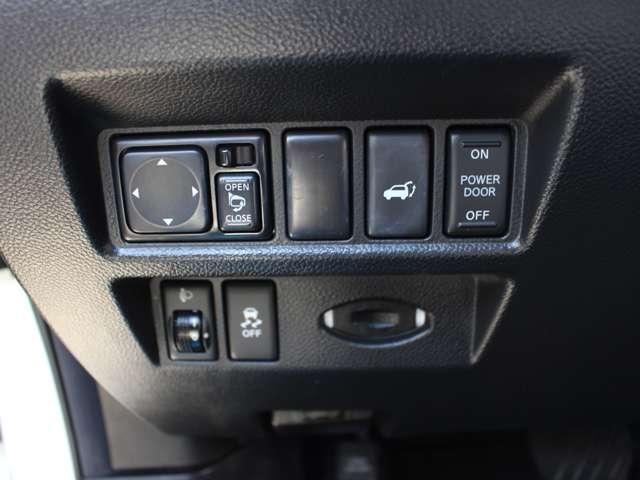 女性でも簡単に開閉が行えるパワーバックドア。もちろん運転席からの開閉も可能となっております。