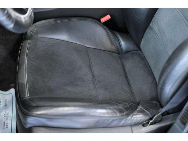 一番乗り降りの激しい運転席の座面もご覧の通りの状態です。