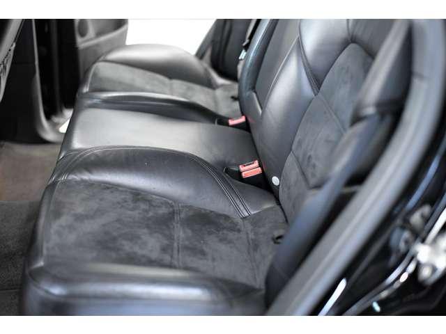 後部座席は使用感少なく、革にも張りがあります。