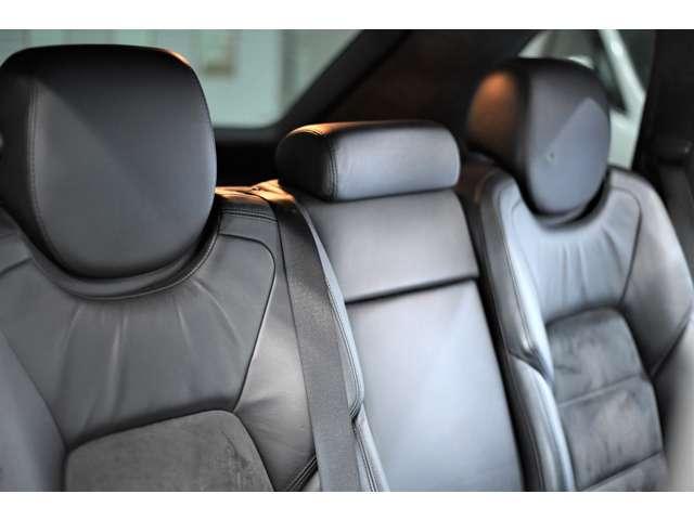 大人が三人乗ってもゆったりと座ることができますので長距離ドライブにも安心してお乗りいただけます。