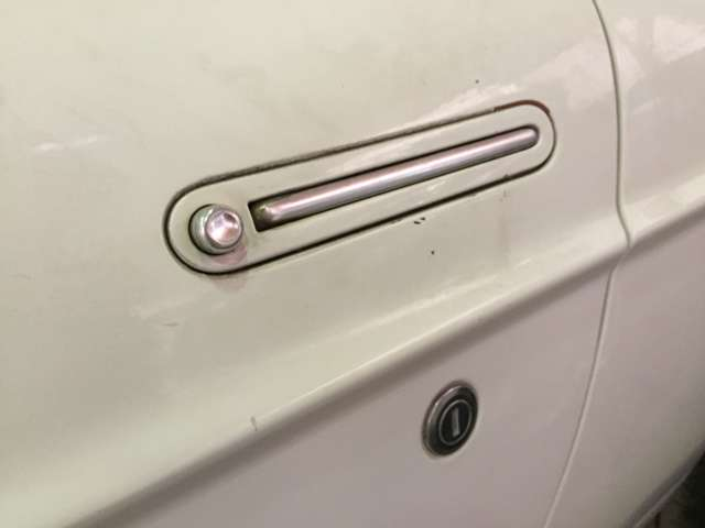 ドアに埋め込まれるように収まったドアレバーは、ボタンを押すと出てくる方式