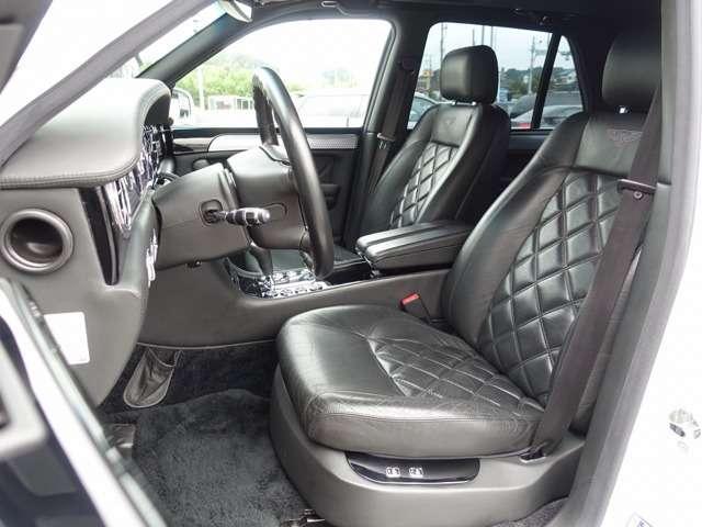 ベルーガブラックレザー&ダイヤモンドキルティングシートは切れなども御座いません。前席パワーシートにシートヒーターも完備しております。ピアノブラックインテリアパネルを使用し黒を基調とした高級感ある室内