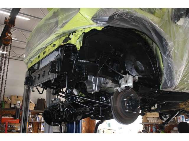 当社ではバンパー前後、ライト、サス、ショック、マフラー、トランスファーなど外せる部品は可能な限り脱着し隅々まで防錆します。