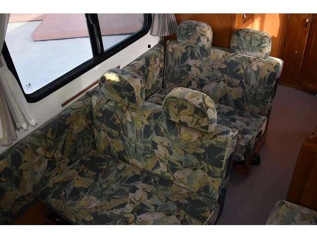 シートは前向きにも後ろ向きにもなります。シートベルトもあります。