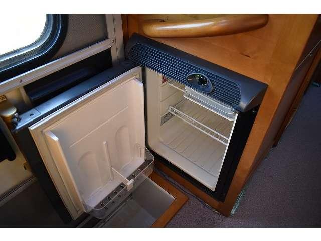 冷蔵庫です!いつでも冷たい飲み物をお飲み頂けます!12Vのサブバッテリーより電源供給しております!