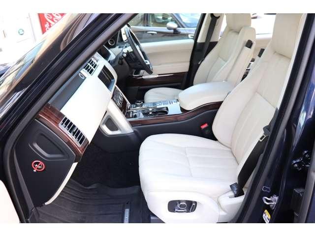 外装がブルーとなかなかの希少色ですが内装のアイボリーのオックスフォードレザーシートとマッチします。シートの質感は通常のシートとは全く違います。ぜひ現車にてご確認ください。