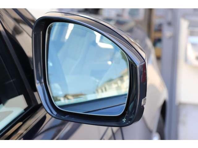 ブラインドスポットモニター標準装備。死角に入った車両をランプでお知らせ。