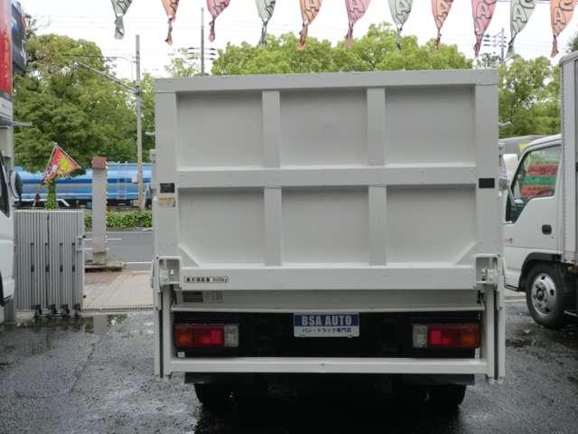 荷台の詳細と致しまして、最大積載量2,000kg、荷台内寸は、長さ:306cm 幅:160cm あおり部高さ:40cmとなっております。また、荷台の地上高は83cmです。