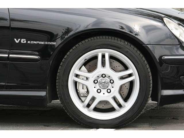 ■エクステリアでは、軽量、高強度設計でサスペンションとの相性が良い、《AMGアルミホイール》を採用。また、低いシルエットをより際立たせるため、力強い造形を採用した《AMGフルエアロ》が装着されております。