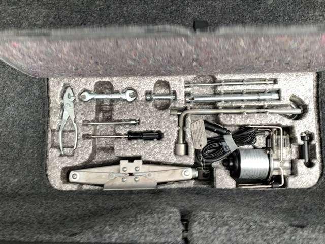 トランクの工具もオリジナル状態です。