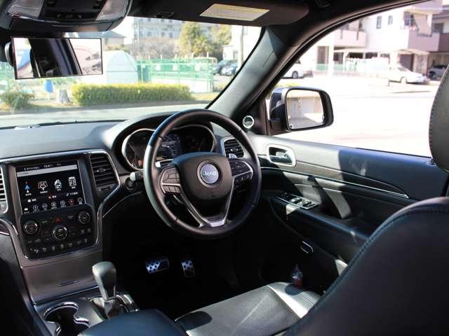 フロント8ウェイパワーシート(リミテッドグレード以上には運転席メモリー機能付)。リミテッドには「アルパイン製プレミアムサウンドシステム(スピーカー9基 、サブウーハー1基)」が完備されております。