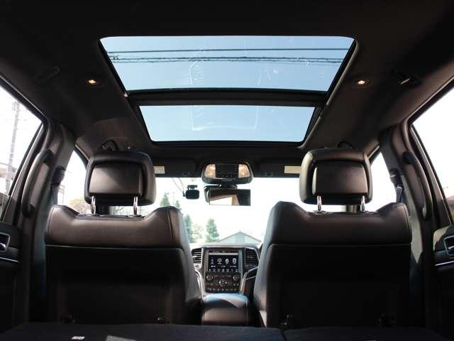 コマンドビューデュアルペインパノラミックサンルーフも装備されております。晴れの日はとても開放感あふれる車内となります