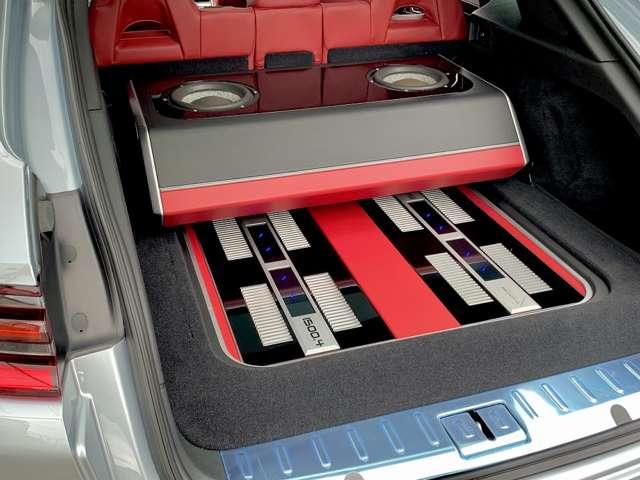 トランク部にはサブウーファー、オーディオアンプをインテリアデザインに合わせてインストールしております。装着しているオーディオの総額は約1000万円の内容となっています。