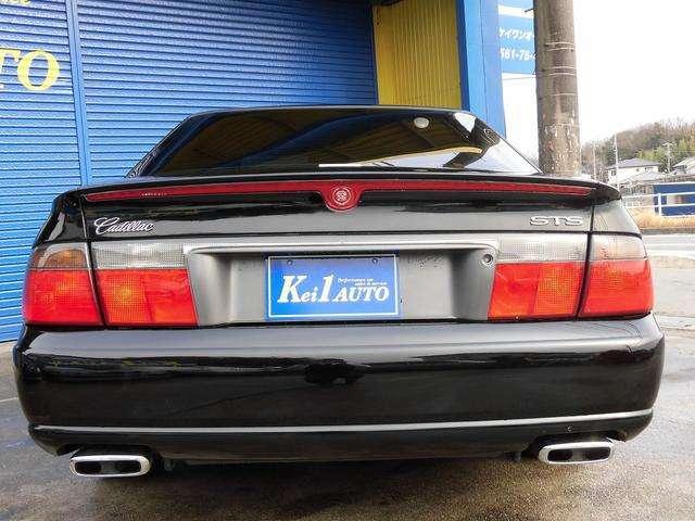 リア正面からのアングルです!リアから見ると赤と黒のコントラストがとてもクールな一台です!後ろを走っている車も一目置いてしまうかっこ良さ!!